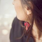 Boucles d'oreille HEBA framboise portées