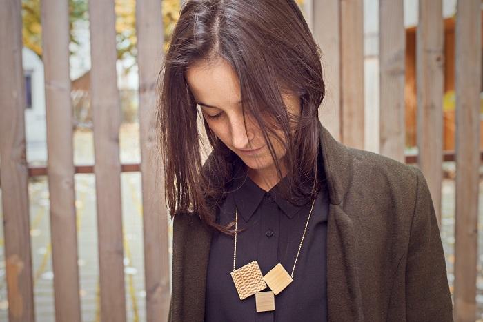 Collier HECATE naturel et bronze porté