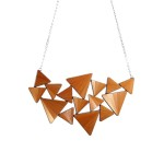 lucie-richard-marqueterie-de-paille-collier-cosmos-orange-or-750x500